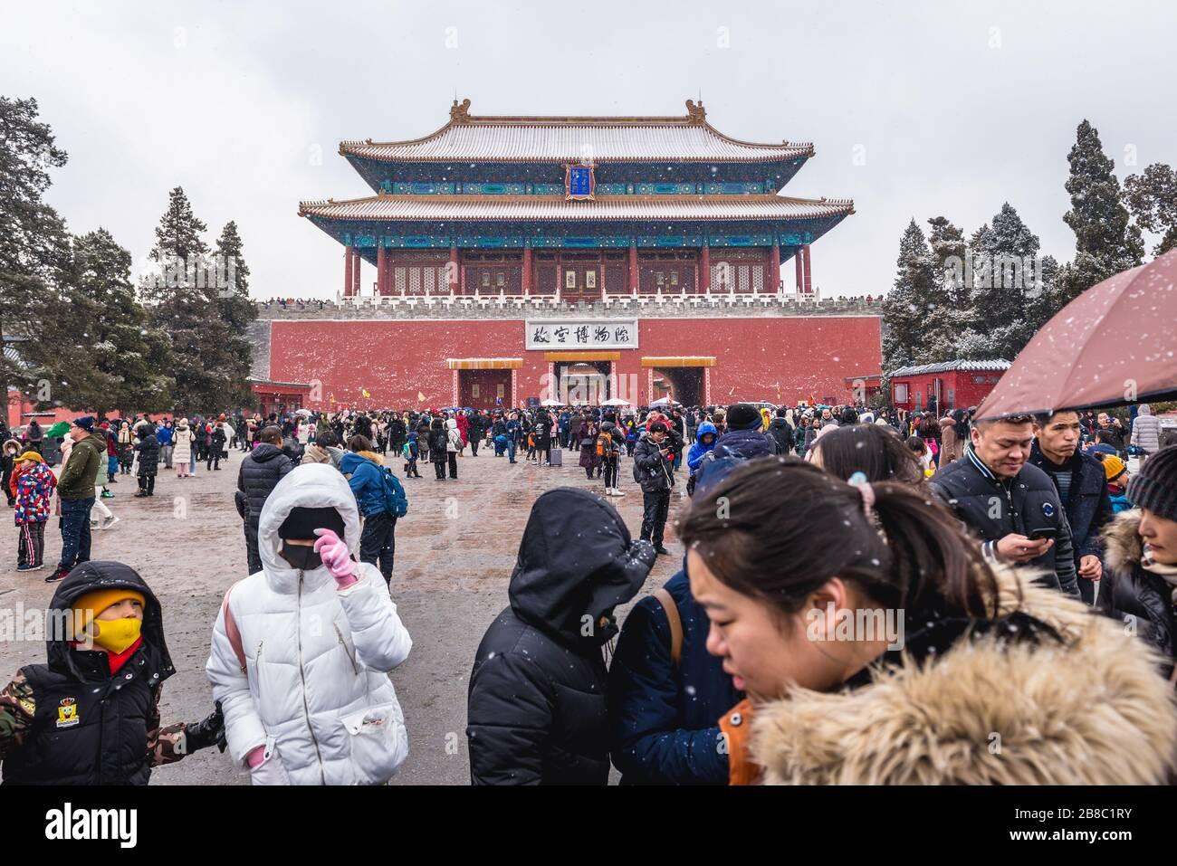 Los turistas frente a Shenwumen - Puerta de la proeza Divina también llamado Puerta de la fuerza Divina - puerta norte de la Ciudad Prohibida en Beijing, China Foto de stock