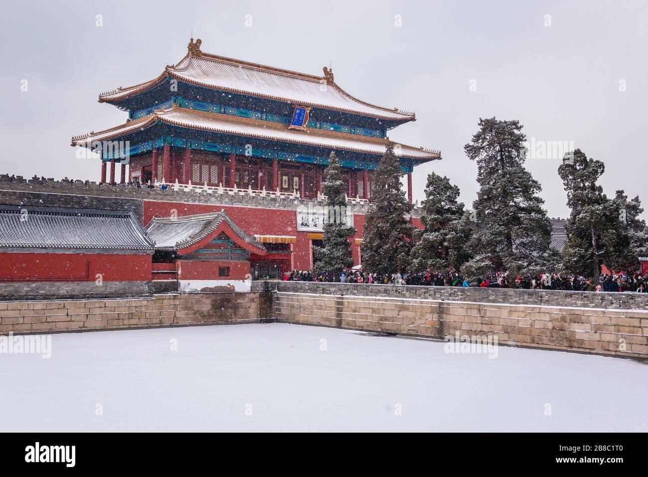Shenwumen - Puerta de la proeza Divina también llamada Puerta del poder Divino - puerta norte y foso del complejo del palacio de la Ciudad Prohibida en Beijing, China Foto de stock