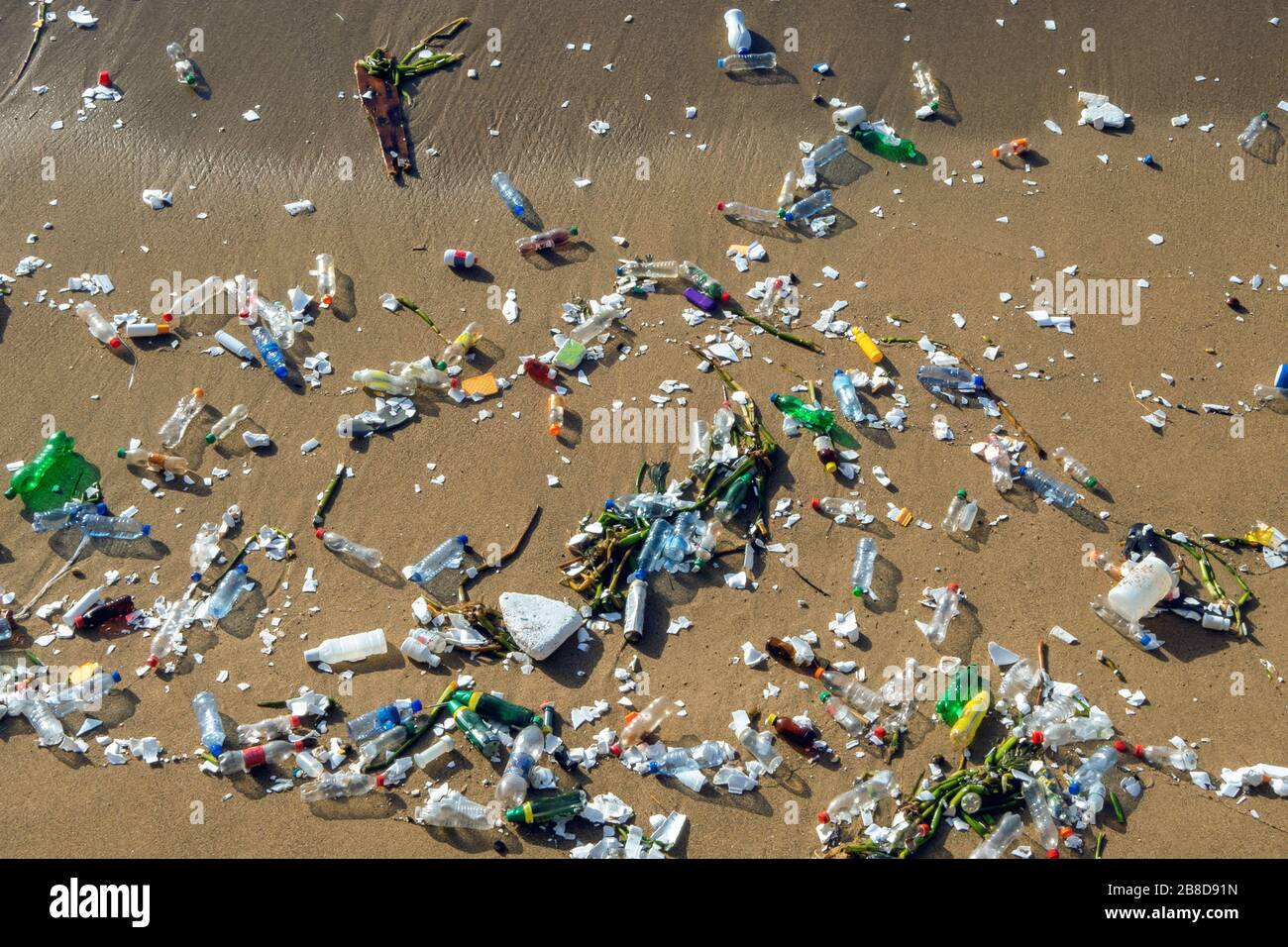 Problema de contaminación con residuos plásticos en las playas Foto de stock