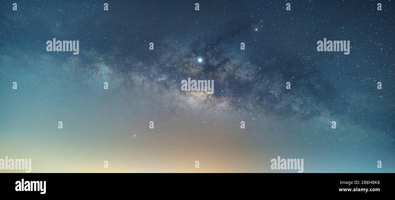 El centro de la vía Láctea, con vistas a la Nebulosa Laguna, Nebulosa Trífida Foto de stock