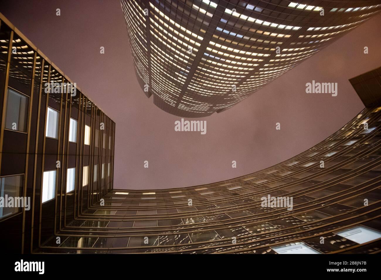 oficina de negocios por la noche - edificio corporativo Foto de stock