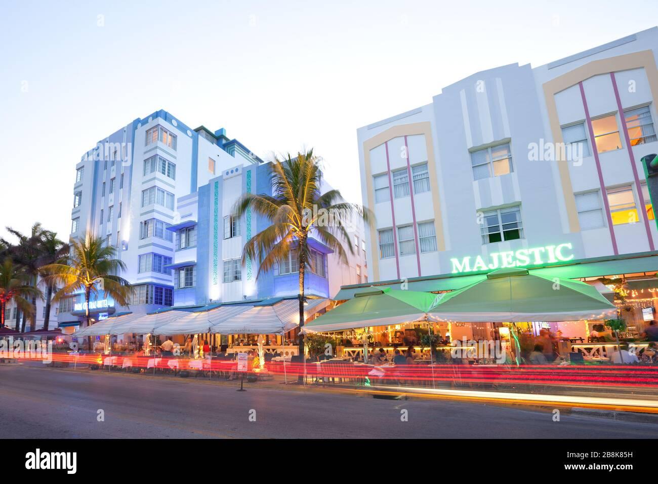 South Beach, Miami, Florida, Estados Unidos - Hoteles, bares y restaurantes en Ocean Drive en el famoso distrito Art Deco. Foto de stock