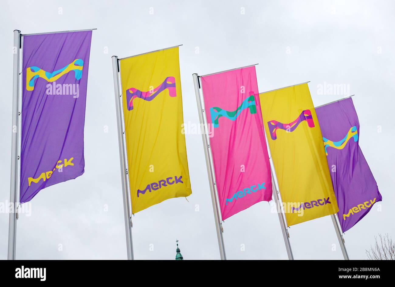 Línea de banderas de colores con el logotipo de Merck. Merck KGaA es una de las mayores compañías farmacéuticas del mundo. Darmstadt, Alemania. Foto de stock