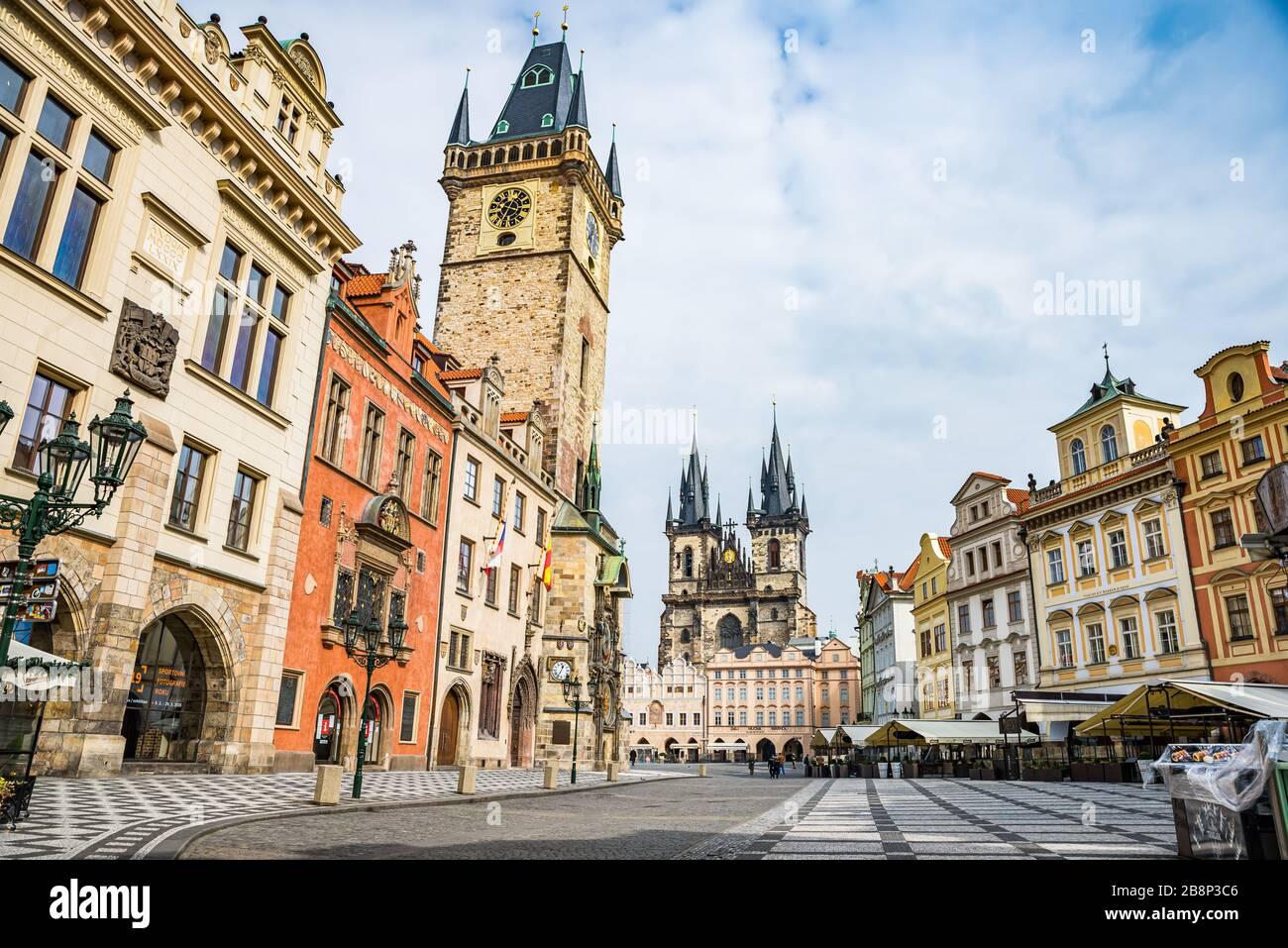 Praga, república Checa - 19 de marzo de 2020. Plaza de la Ciudad Vieja sin turistas durante la crisis del coronavirus Foto de stock