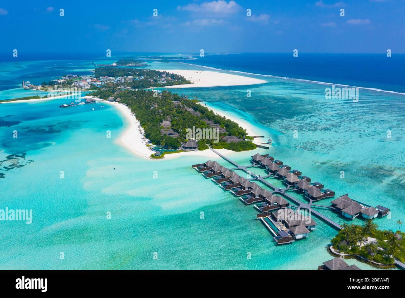 Playa de arena de la isla tropical en las Maldivas Foto de stock