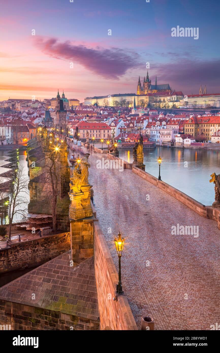 Praga, República Checa. Paisaje urbano aéreo de Praga con el famoso Puente de Carlos y el Castillo de Praga durante la hermosa puesta de sol. Foto de stock