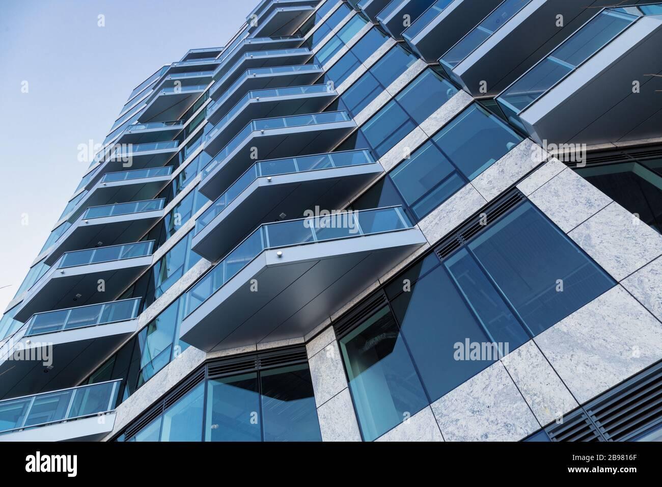 Una vista en perspectiva del edificio azul Foto de stock