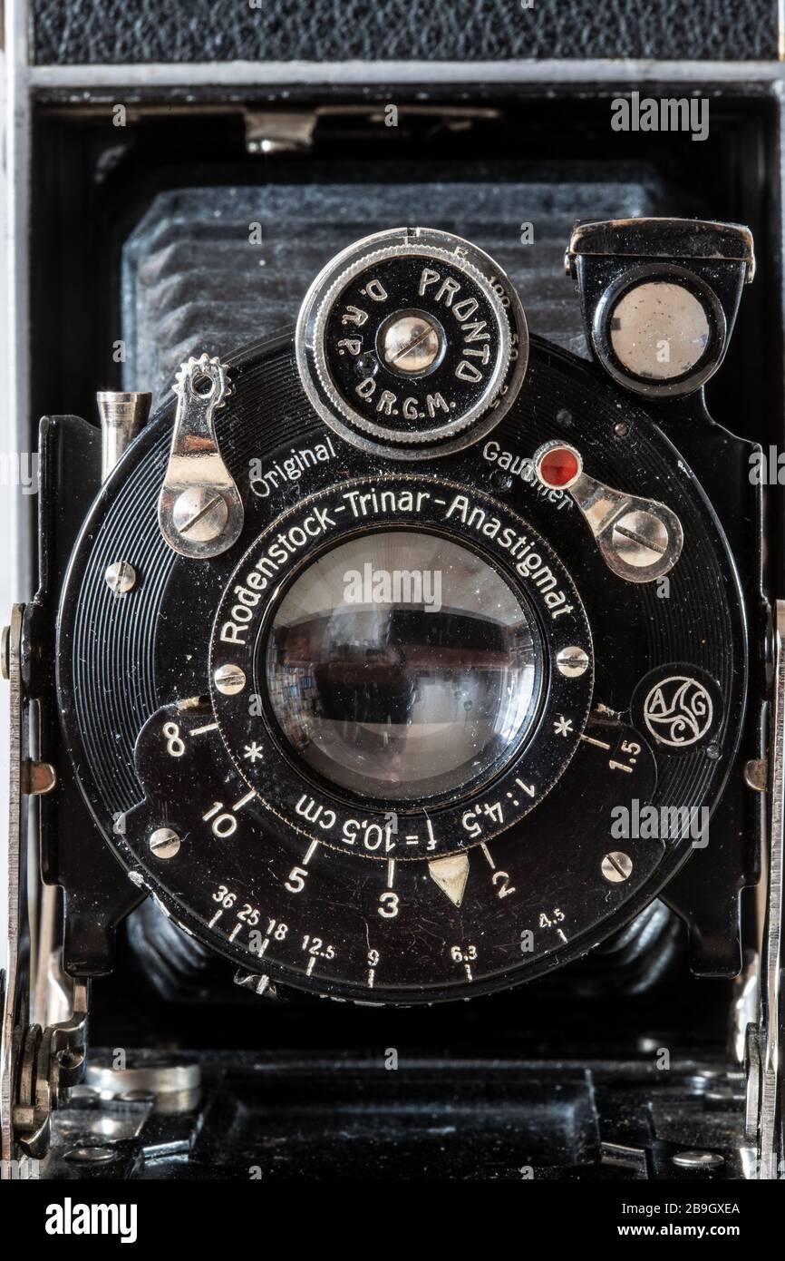 el frente de una antigua cámara analógica histórica Foto de stock