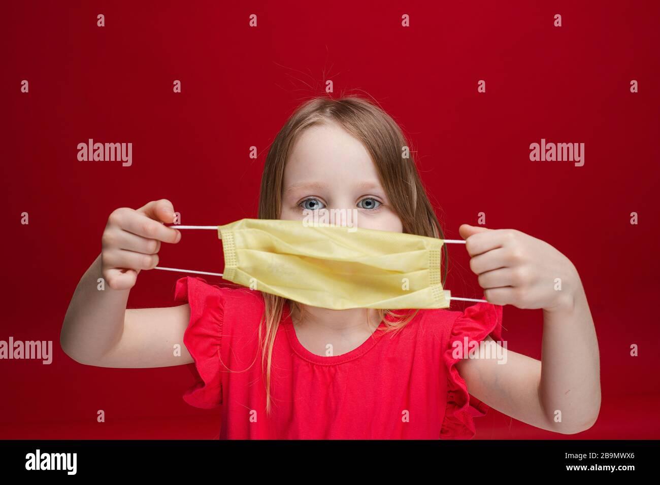 Linda niña posando con medicina de seguridad máscara de salud protección bacteriana Foto de stock