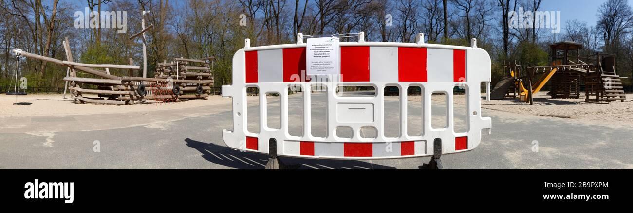 Patio de recreo, barrera, señal de patio cerrado debido al virus de la corona, prohibido entrar, Alemania, Europa Foto de stock