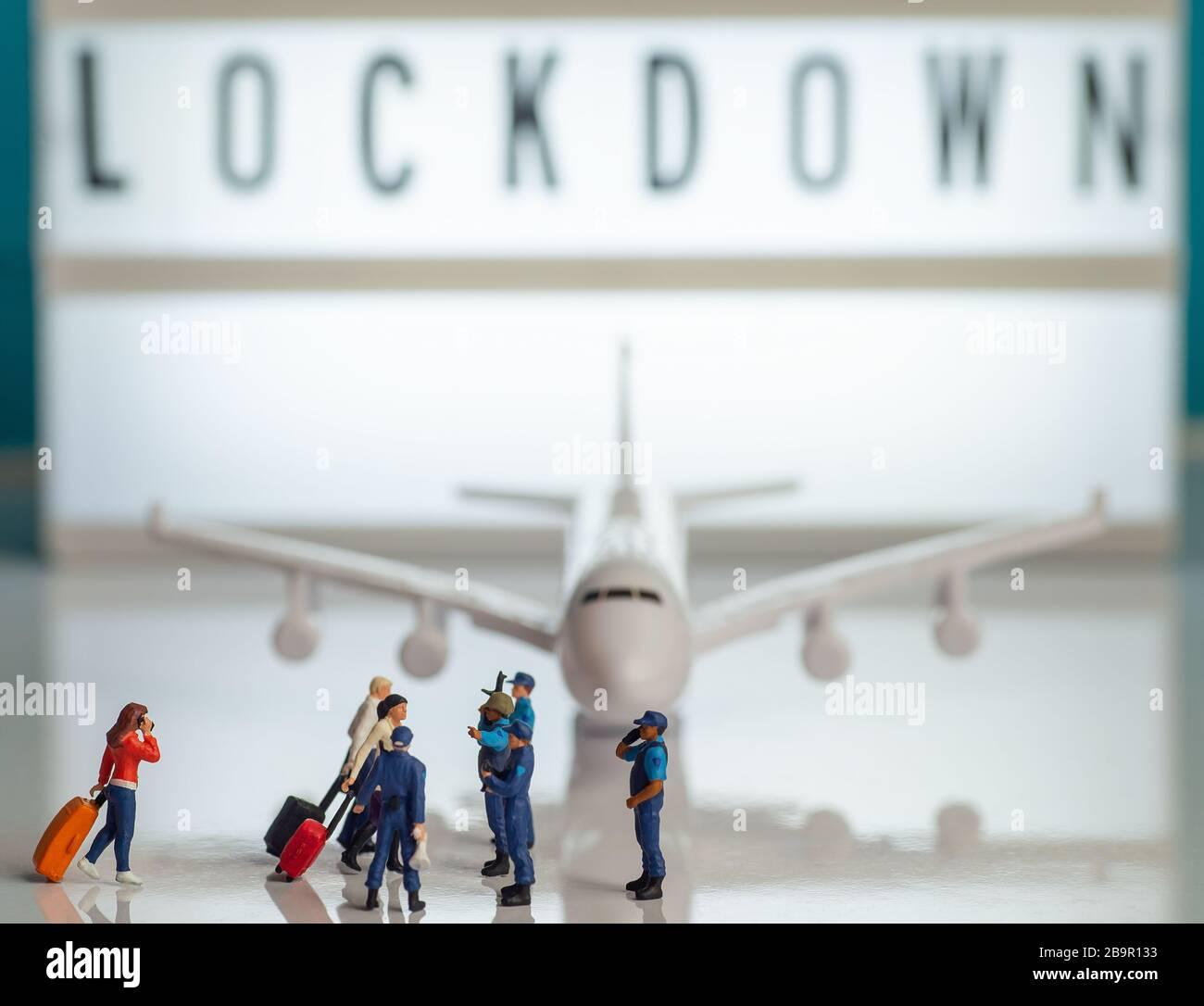 Seguridad aeropuerto restricciones de viaje concepto de bloqueo de imágenes - miniatura juguetes de la policía o oficiales de patrulla de fronteras deteniendo a los pasajeros de un plan Foto de stock