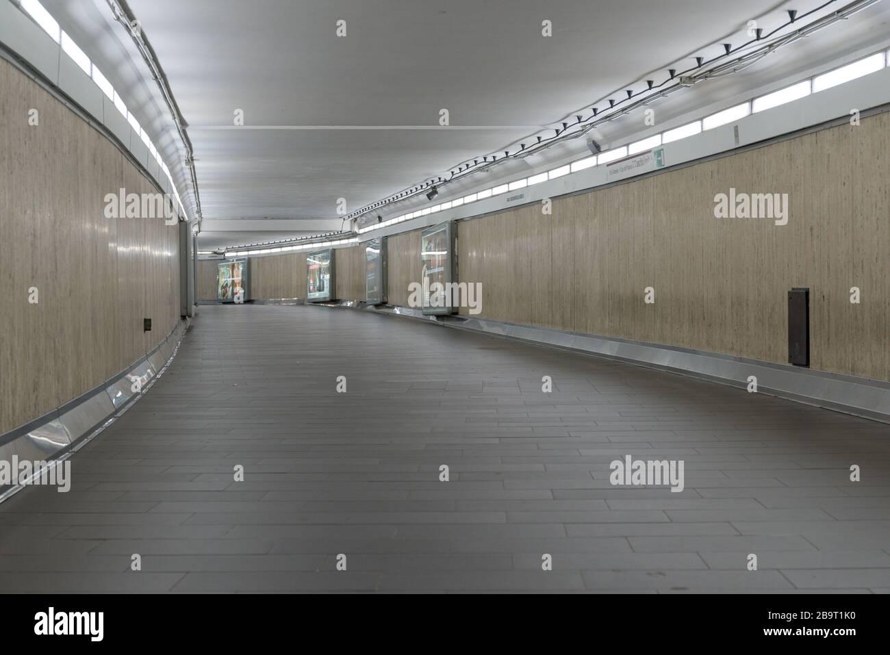 ROMA, ITALIA - 12 de marzo de 2020: Las galerías de metro de Flaminio paran parecen inquietantes sin los habituales viajeros en Roma, Italia. En la pandemia del coronavirus, Foto de stock