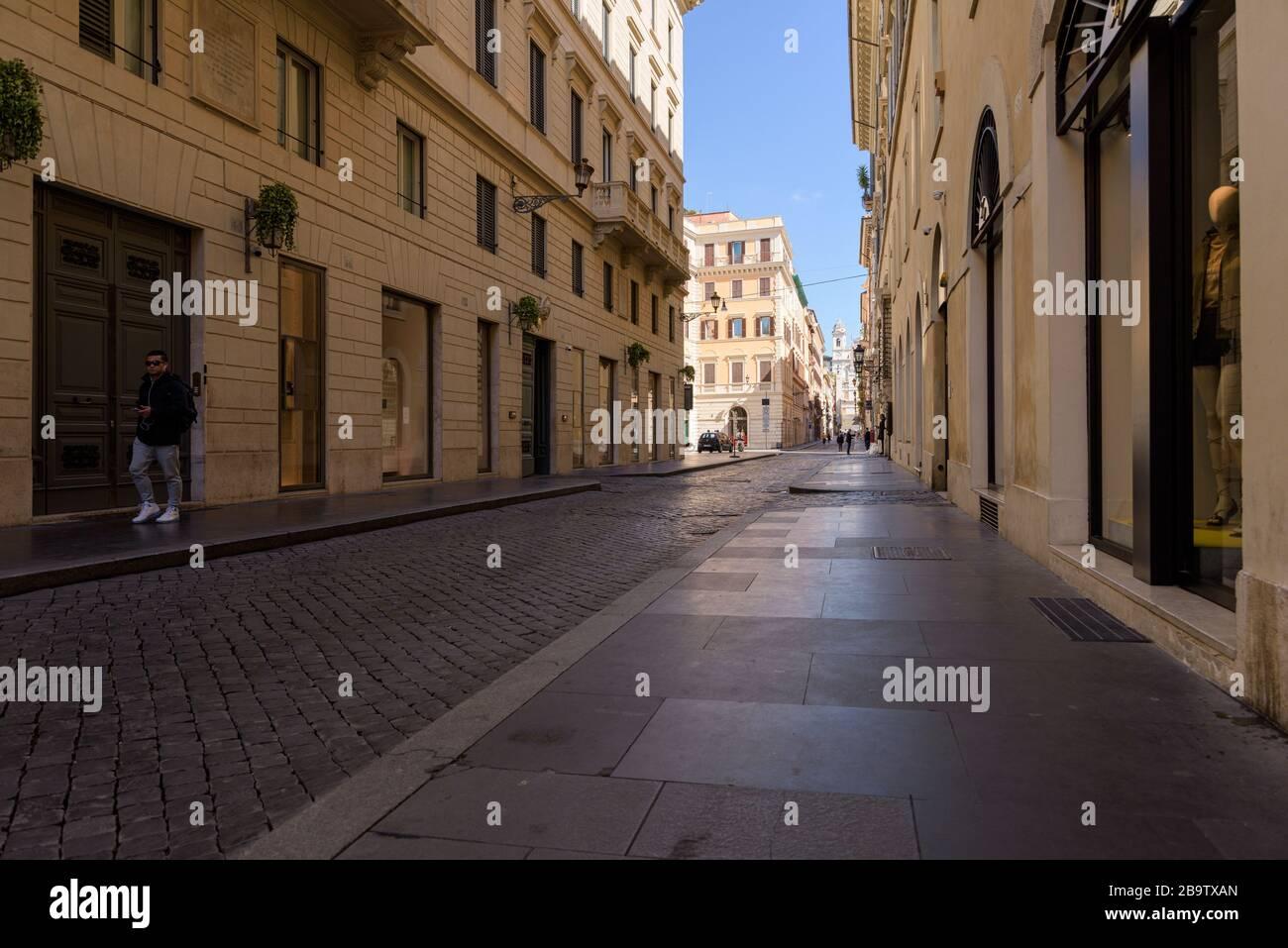 ROMA, ITALIA - 12 de marzo de 2020: Un hombre camina por la calle que conduce a los pasos españoles, vacío hoy después de los meas de confinamiento de la pandemia del coronavirus Foto de stock