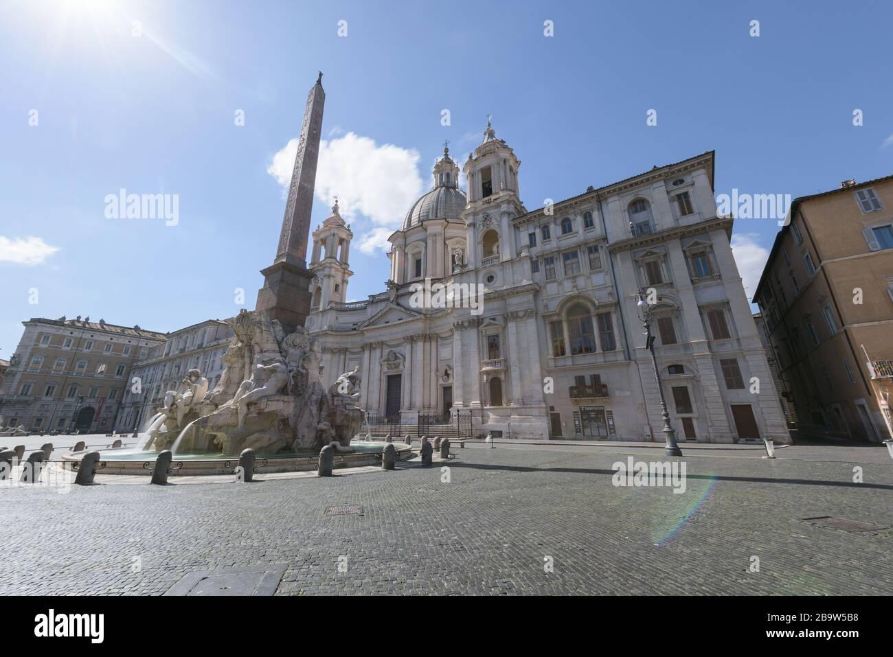 Roma, Italia-12 Mar 2020: Popular punto turístico Piazza Navona está vacío después de las medidas de confinamiento del coronavirus puestas en marcha por el gobierno, R. Foto de stock