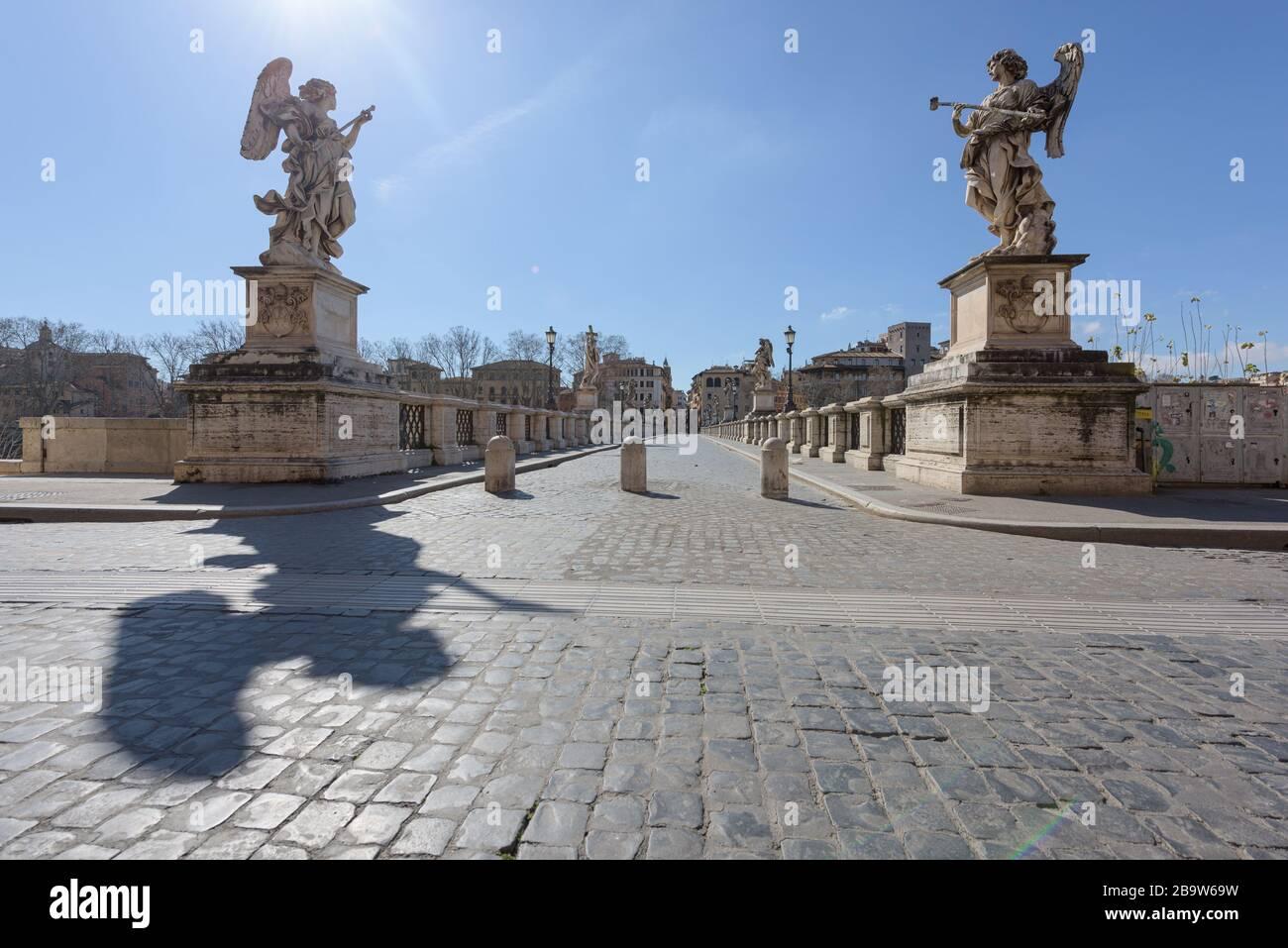 ROMA, ITALIA - 12 de marzo de 2020: El popular punto turístico del puente de San Angelo está ahora desierto, una rara vista en Roma, Italia. Hoy, la gove italiana Foto de stock