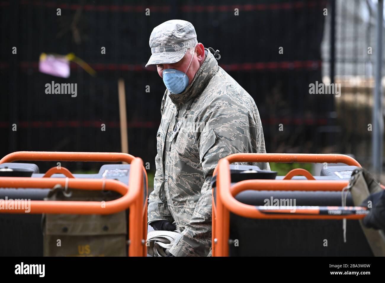 Ciudad de Nueva York, EE.UU. 25 de marzo de 2020. Miembros de la Reserva de la Fuerza Aérea establecieron tiendas de campaña y trasladaron equipo médico relacionado a medida que construyen una morgue improvisada fuera del Hospital Bellevue para manejar el número potencial alto de víctimas de Coronavirus, Nueva York, NY, 25 de marzo de 2020. El martes 24 de marzo, Nueva York Gobierno. Adrew Cuomo predijo que aquellos infectados con COVID-19 podrían llegar a más de 100,000 con 40,000 que necesitan cuidados intensivos. (Anthony Behar/Sipa USA) crédito: SIPA USA/Alamy Live News Foto de stock