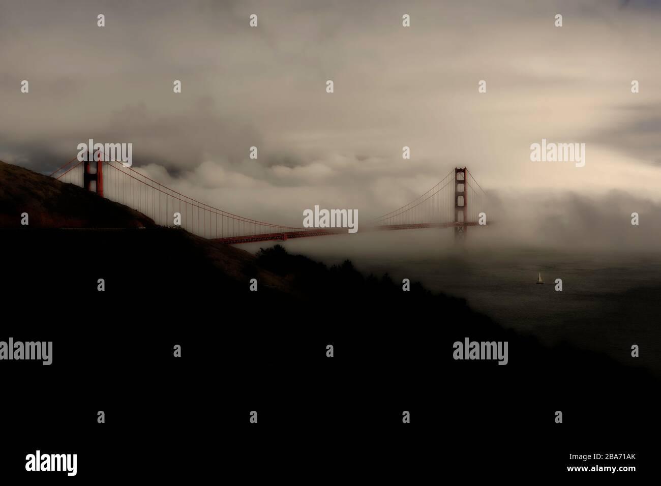 Vista dorada del puente Golden Gate en el sol y la niebla de Marin Headlands, San Francisco, California, Estados Unidos, América del Norte, color Foto de stock