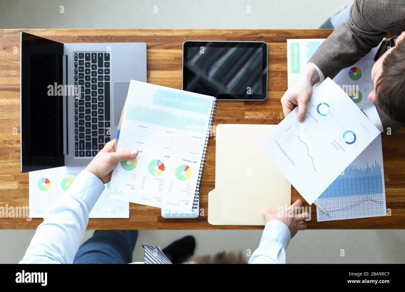 Los hombres realizan un contrato de análisis estadístico, gestión Foto de stock