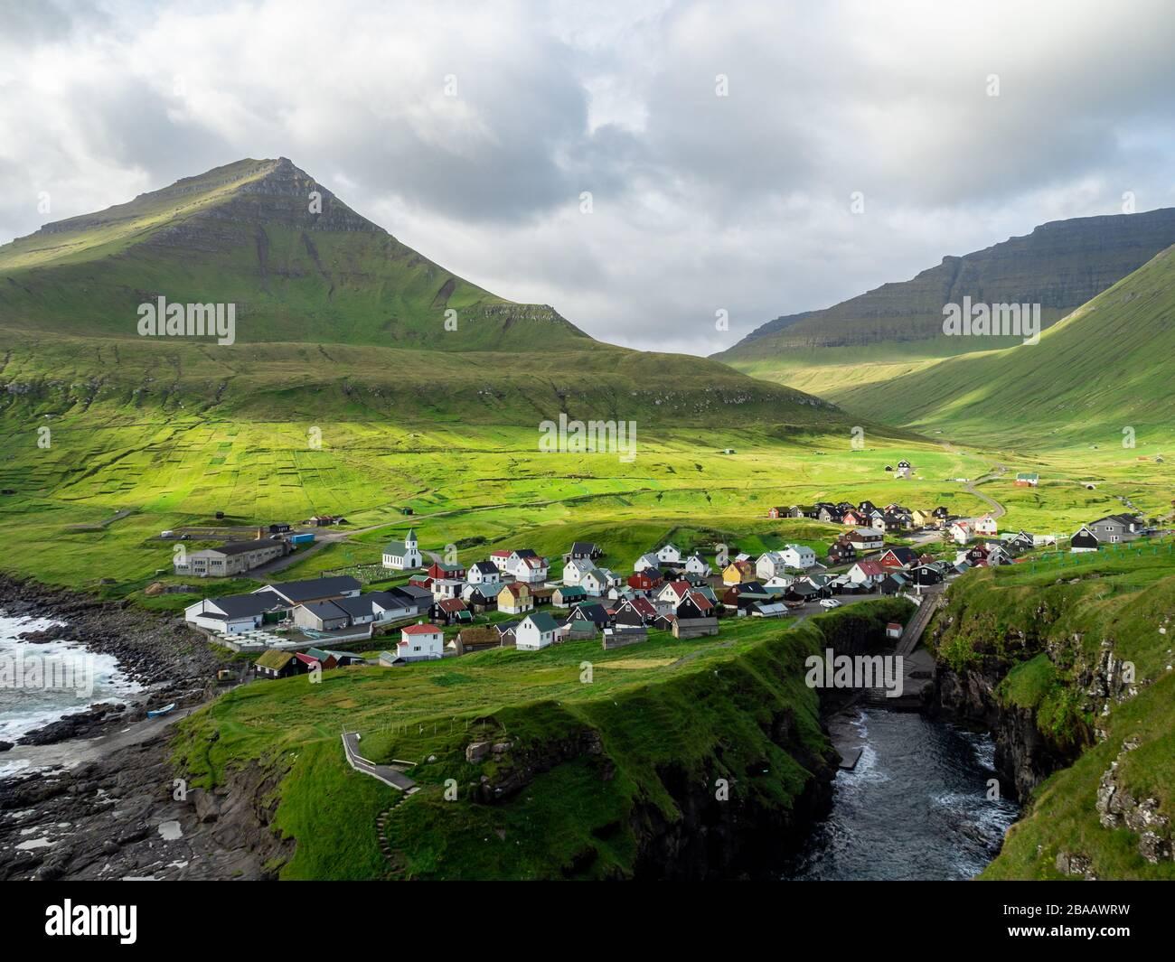 Garganta del puerto natural cerca de la idílica aldea Gjogv, la mayoría del pueblo norte de Eysturoy de las Islas Feroe. Foto de stock