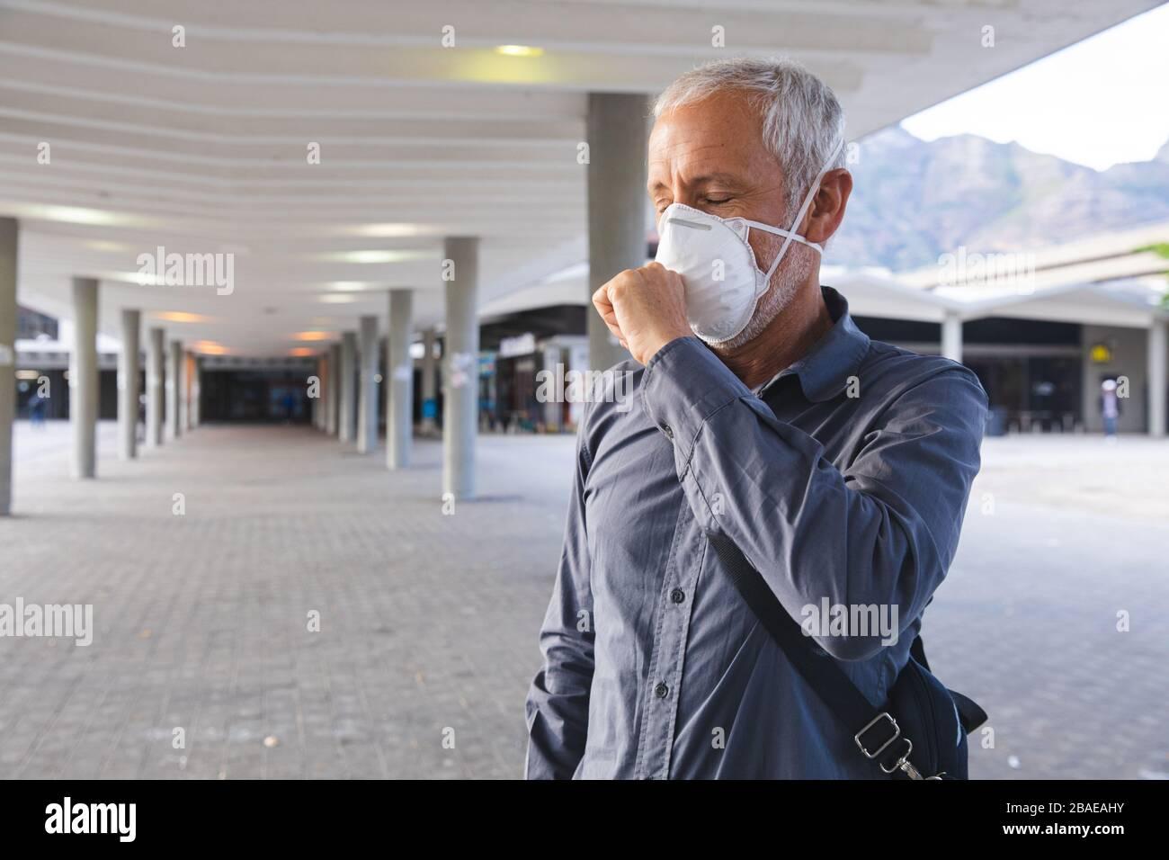 Hombre de mediana edad con mascarilla Coronavirus Covid19 Foto de stock