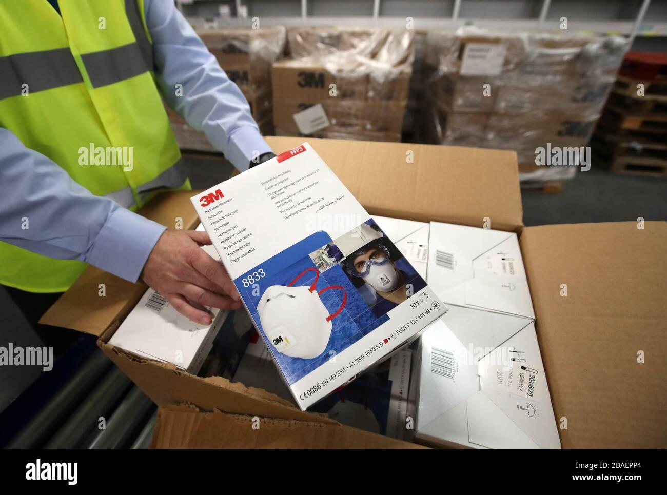 Jim Miller Director de Adquisiciones de NHS National Services Scotland tiene una caja de máscaras en el almacén Nacional de Adquisiciones de NHS en Canderside, Larkhall, ya que se están aumentando las entregas de equipo de protección personal (PPE), con millones de máscaras y guantes ya entregados al personal de primera línea. Foto de stock