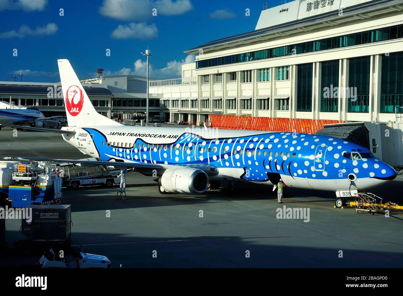 Blue Whaleshark, Boeing B-737/400, JA8939, Japan Transoean Airline, JTA, Naha Airport, Okinawa, Islas Ryukyu, Japón Foto de stock