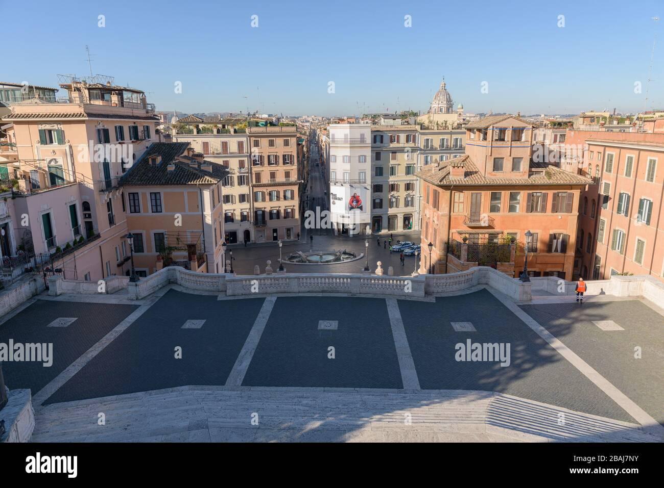 ROMA, ITALIA - 12 de marzo de 2020: Un limpiador de calles sube por la popular escalinata española, abandonado hoy, una vista rara en Roma, Italia. El gobierno italiano Foto de stock