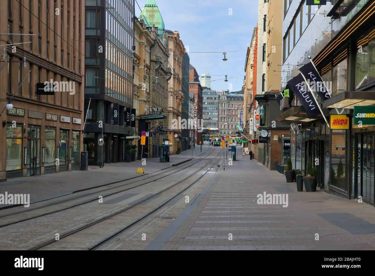 Helsinki, Finlandia. 28 de marzo de 2020. Aleksanterinkatu, una de las calles comerciales más concurridas de Helsinki, es muy tranquila debido a la pandemia del coronavirus. Foto de stock