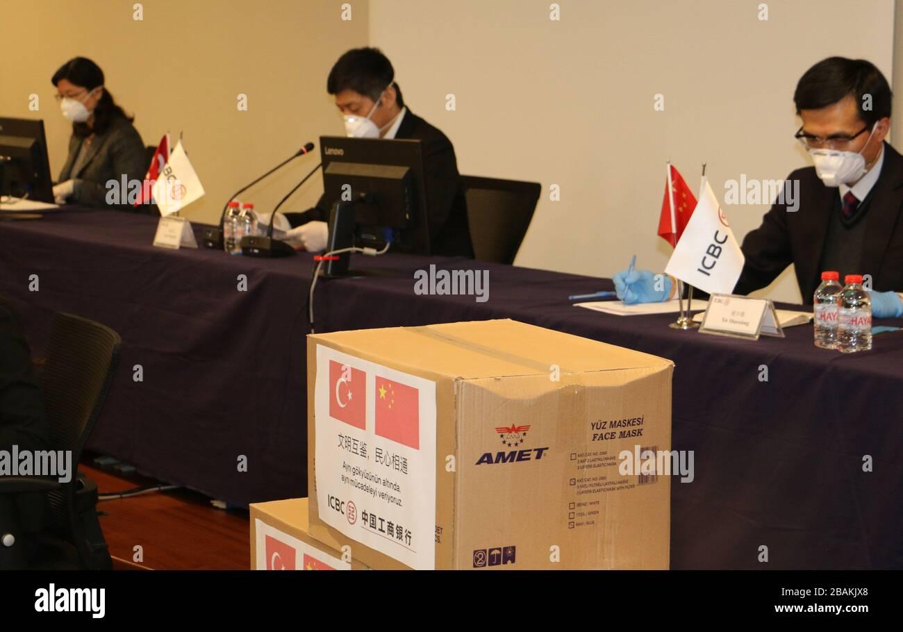 """Estambul. 28 de marzo de 2020. La sucursal turca del Banco Industrial y Comercial de China (ICBC) anuncia que donará suministros médicos y dinero en efectivo para apoyar a Turquía en su lucha contra COVID-19 el 27 de marzo de 2020. PARA IR CON """"banco chino para donar dinero en efectivo, suministros médicos en apoyo de los esfuerzos anti-coronavirus de Turquía"""" crédito: Xinhua/Alamy Live News Foto de stock"""