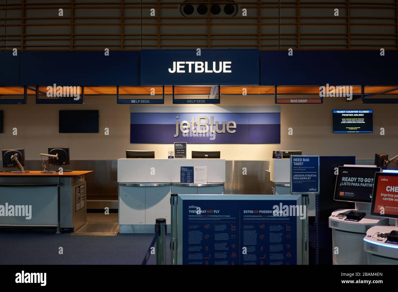 El mostrador de facturación de la aerolínea estadounidense de bajo coste JetBlue Airways en el aeropuerto internacional de Portland está cerrado por la noche el 16 de febrero de 2020. Foto de stock