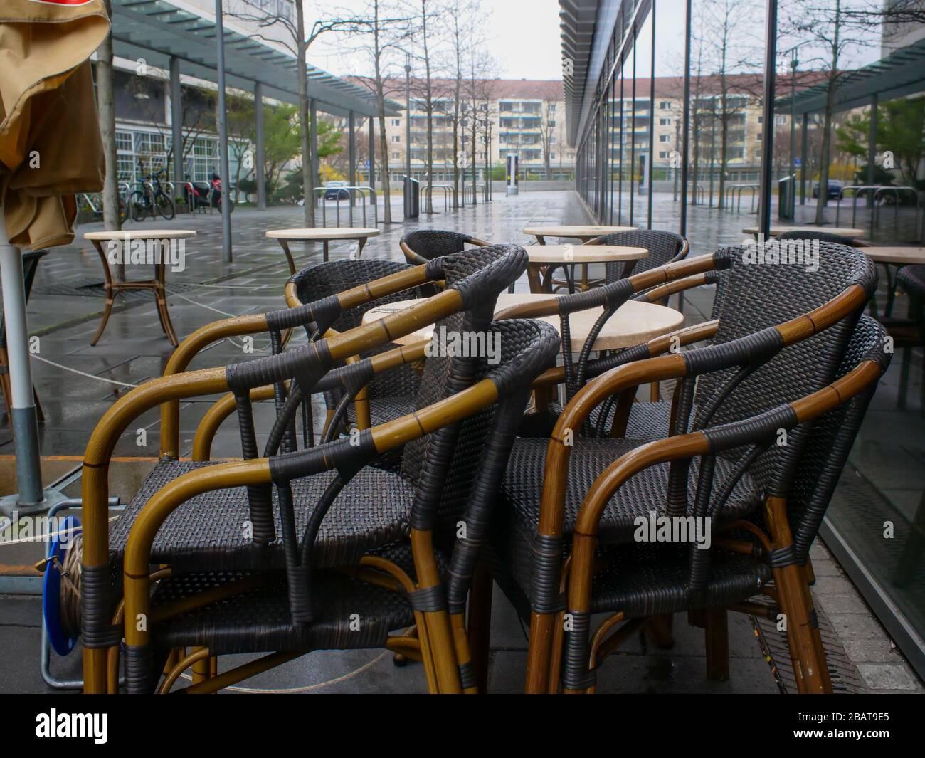 Leere Stühle und Tische Dresden Gastronomie del virus de la corona Foto de stock