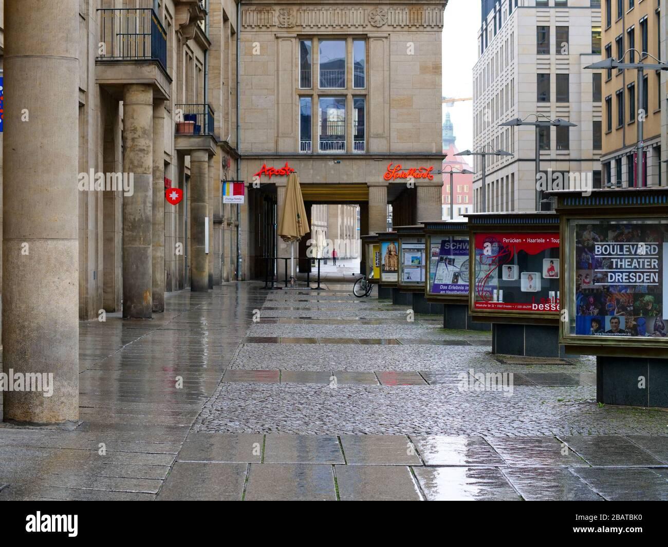 Altmarkt-Galerie en Dresden während Coronavirus Lockdown 2020 COVID-19 Ausgangssperre Regenwetter Regen Foto de stock