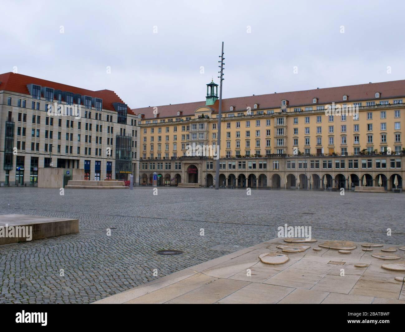 Altmarkt Dresden während Coronavirus Lockdown im Regen COVID-19 Ausgangsbeschränkung innere Altstadt Foto de stock