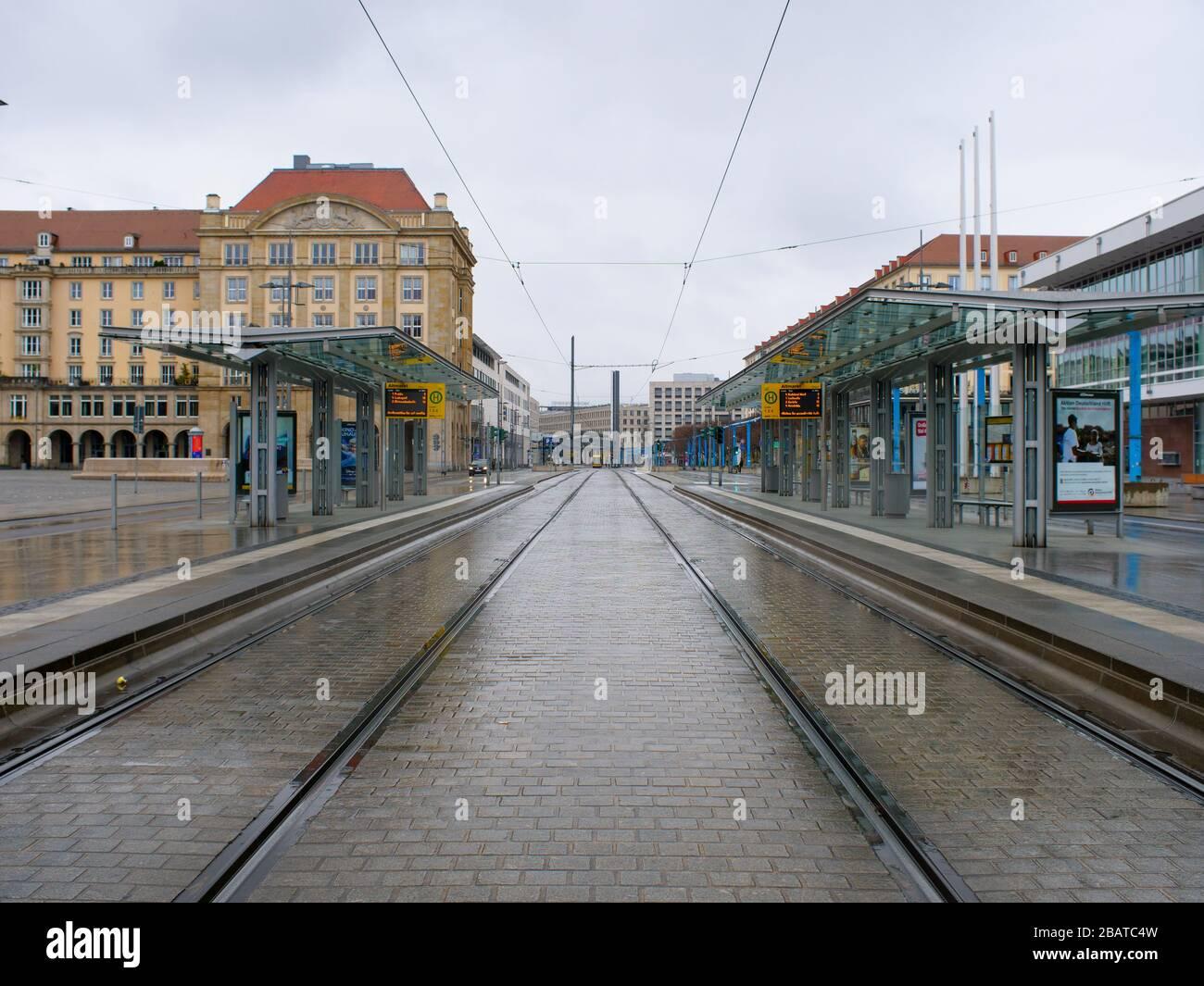 Dresden Altmarkt Tram Haltestelle DVB während Coronavirus Lockdown COVID-19 Ausgangssperre im Regen Foto de stock