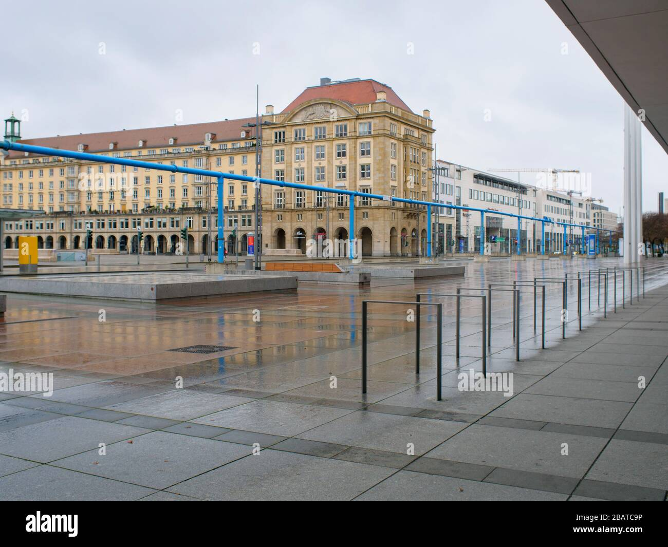 Platz vor dem Kulturpalast en Dresden während Coronavirus Lockdown Wilsdruffer Straße leere Bänke und leere Haltestelle im Regen Foto de stock