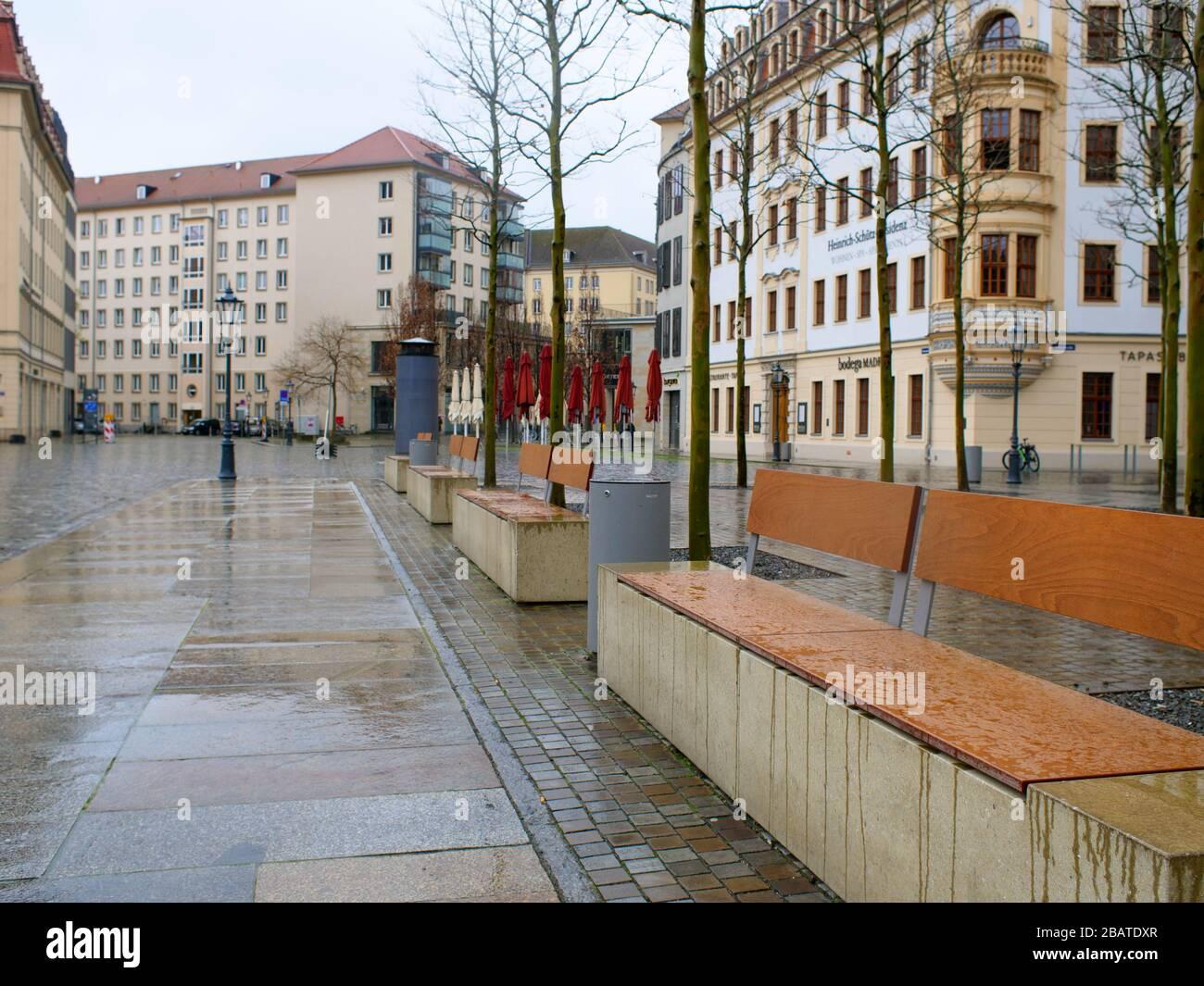 Dresden Neumarkt während Coronavirus Lockdown und Regenwetter Gastronomie restaurantes COVID-19 Ausgangssperre Foto de stock