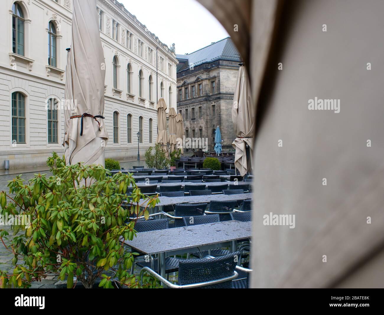 Leere Tische und Stühle en Dresden wegen Coronavirus Lockdown COVID-19 leeres Restaurante Gastronomie Foto de stock