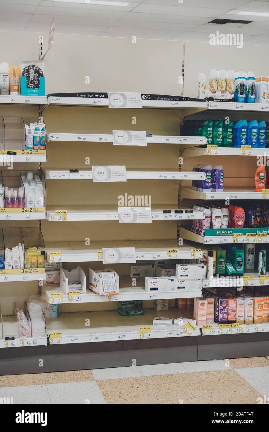 Las estanterías vacías de los supermercados debido a que los consumidores se asustan comprando durante el brote de Coronavirus en el Reino Unido Foto de stock