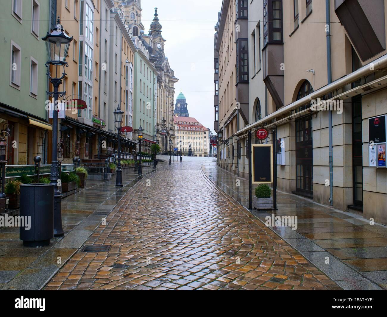 Dresden Kneipenmeile Münzgasse in der Altstadt bei Regen während Coronavirus Lockdown 2020 COVID-19 restaurantes de Gastronomie Foto de stock