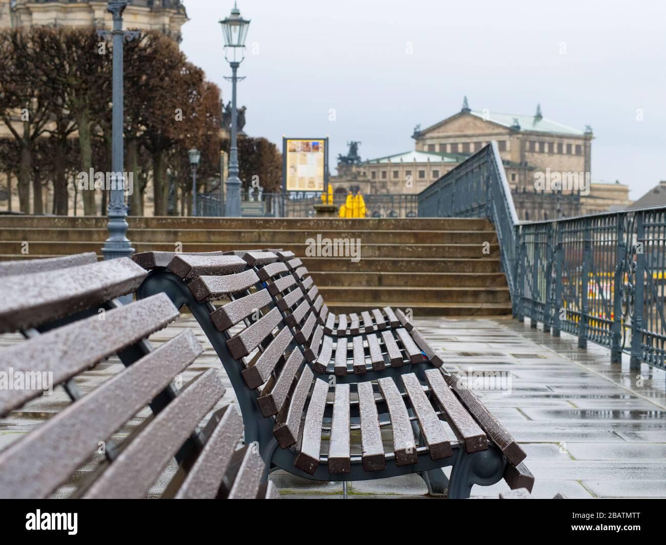 Leere Parkbänke auf der Brühlschen Terrasse en Dresden während Coronavirus Lockdown und Regen historiche Altstadt Regenwetter Brühl-Terrasse Foto de stock