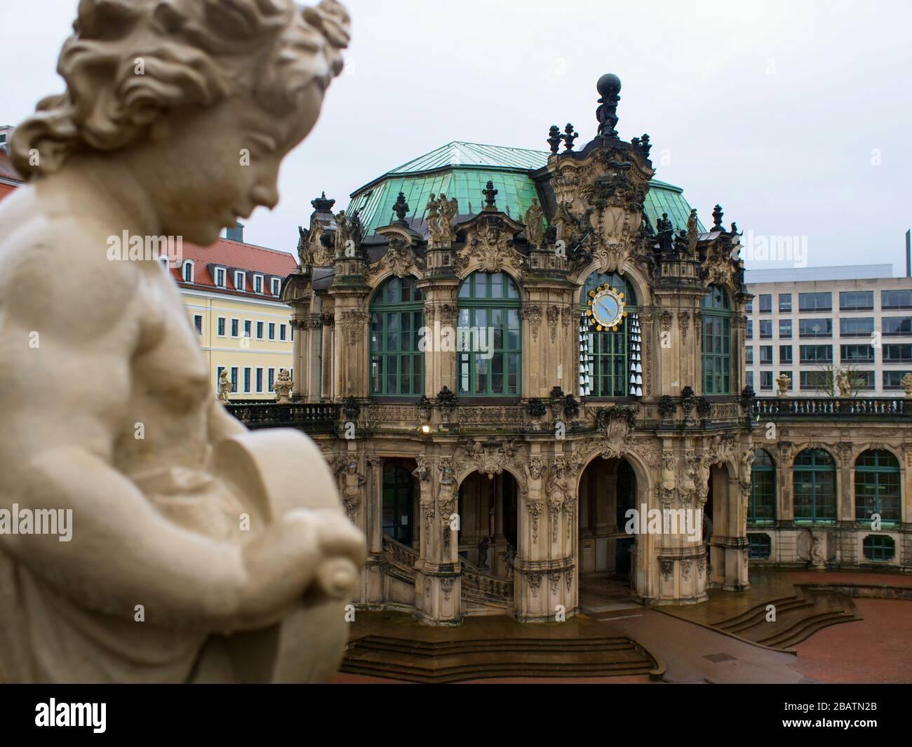 Dresden Zwinger während Coronavirus Lockdown 2020 Glockenspielpavillon Innenhof in der dresdner Altstadt Sehenswürdigkeit bei Regen Foto de stock