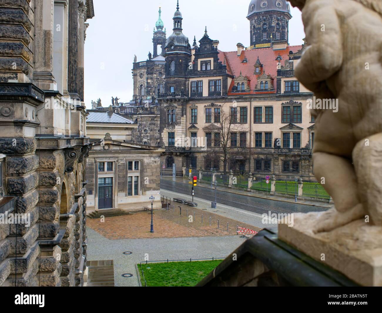 Blick vom Dresdner Zwinger auf das Residenzschloss während Coronavirus Lockdown 2020 im Regen Foto de stock