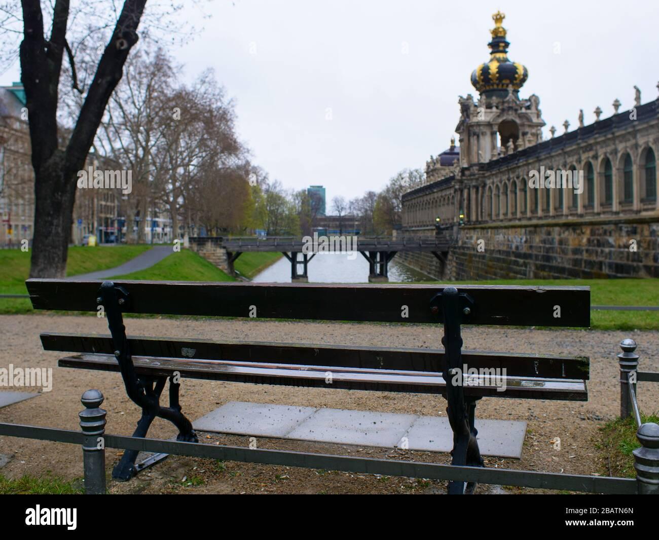 Leere Parkbänke während Coronavirus am Dresden Zwinger Teich Zwingerteich COVID-19 bloqueo 2020 Foto de stock