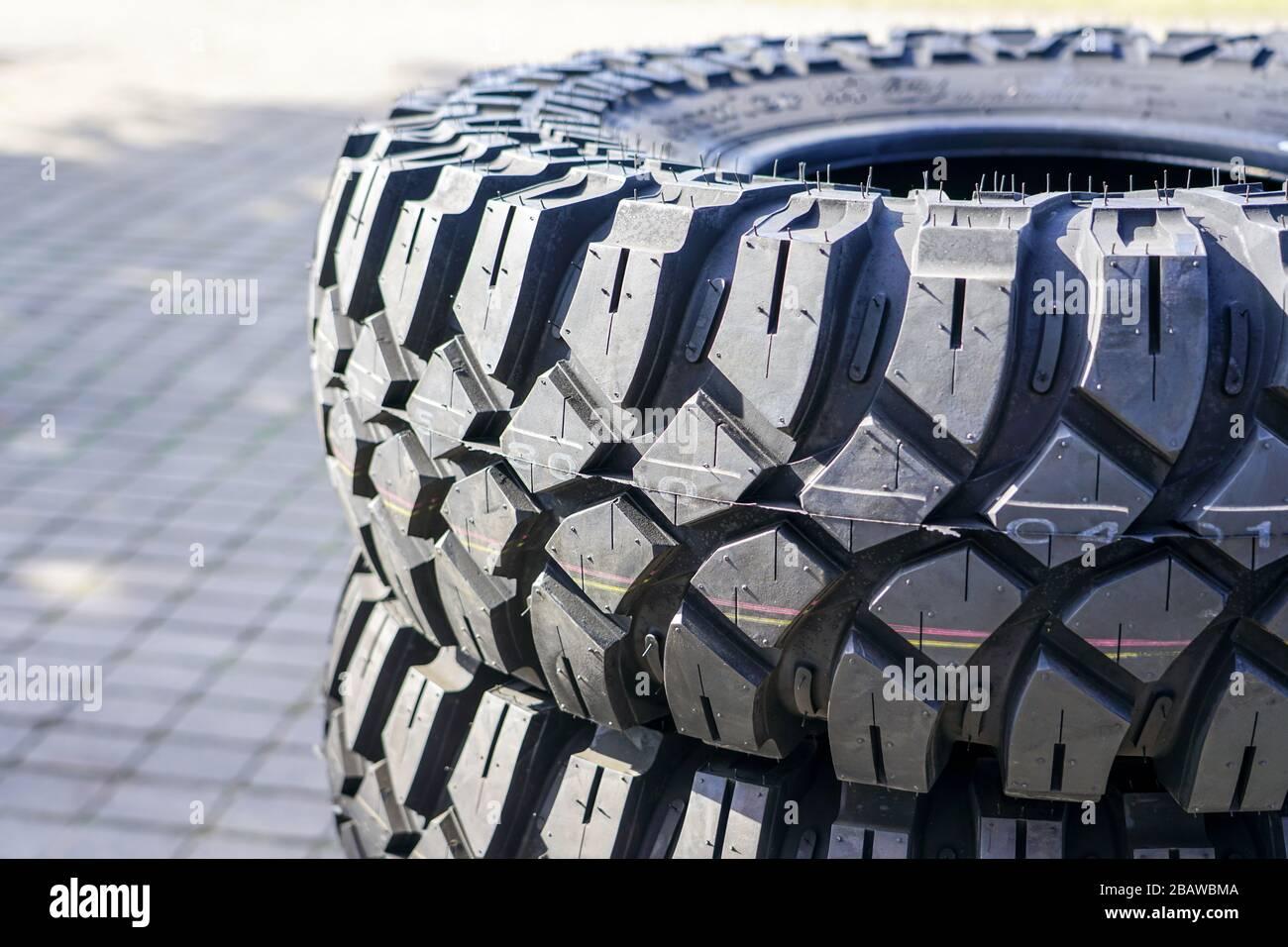 vista de primer plano de la nueva banda de rodadura de neumáticos para terreno y barro Foto de stock