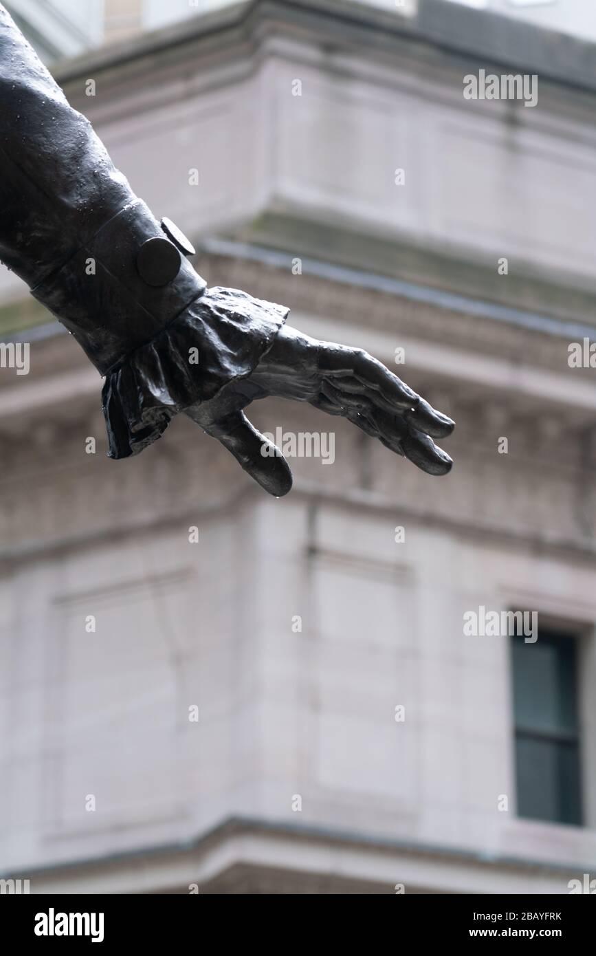 En un esfuerzo por ralentizar la pandemia del coronavirus covid-19, se pide a los neoyorquinos que se ponga en cuarentena, que observen las reglas de distanciamiento social; las calles están misteriosamente vacías. Foto de stock