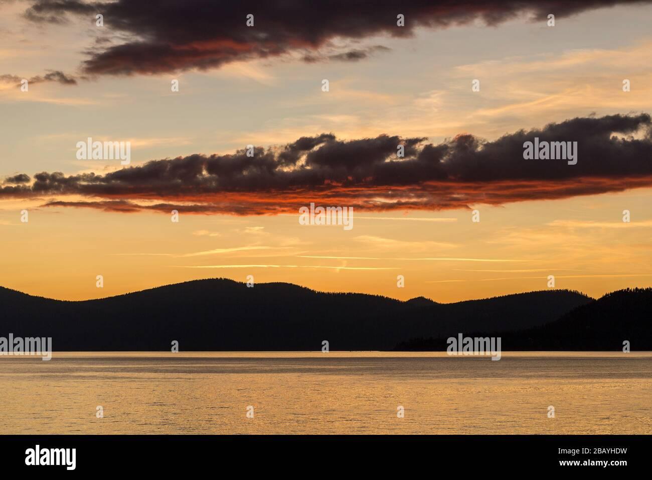 Puesta de sol desde un sendero cerca de la zona de uso diurno del Lago Tahoe Sand Harbor Foto de stock