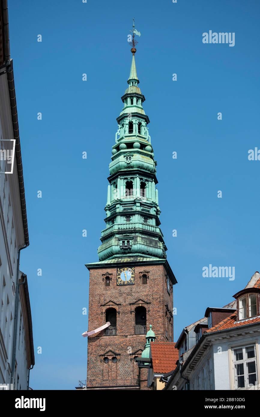 """Antigua torre de la iglesia de San Nicolás con el anillo rosa """"cosas para una torre simétrica"""" de arte en el Centro de Arte Contemporáneo Nikolaj en Copenhague, Dinamarca Foto de stock"""