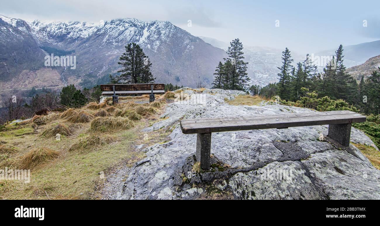Paisaje invernal de montaña en la cima del Monte Floyen. Foto de stock