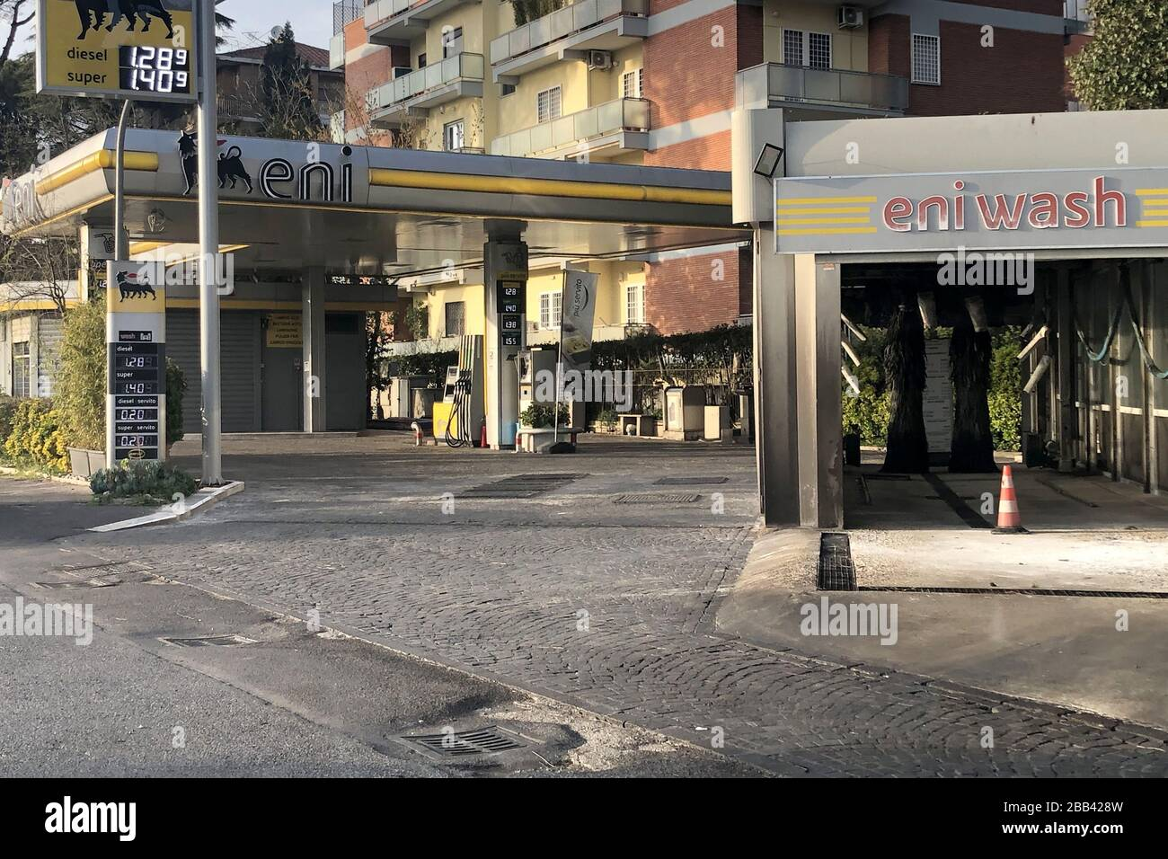 ROMA, ITALIA - 29 DE MARZO de 2020: Una vista de una calle durante la cuarentena en medio de la pandemia de COVID-19. El 8 de marzo de 2020, el gobierno italiano ordenó cerrar todos los museos, sitios arqueológicos e instituciones culturales; a partir de marzo de 12, el país está en pleno cierre con todas las tiendas, bares y restaurantes cerrados, excepto las tiendas de comestibles y farmacias. Se prohíbe caminar afuera con ciertas excepciones. Vera Shcherbakova/TASS Foto de stock