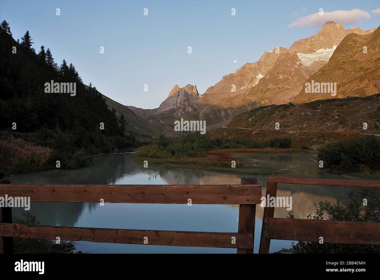 Paisaje alpino cerca del lago Combal, Alpes, Monte Bianco, Valle de Aosta, Italia Foto de stock